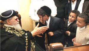 rabbi-ovadia-yosef-with-Yemen-kids